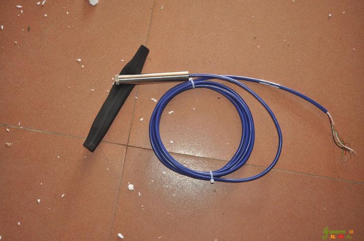 振弦式渗压计照片(压力传感器)